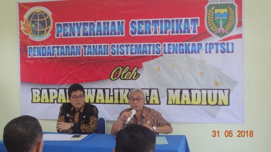 Penyerahan Sertipikat pendaftaran Tanah  Sistematis Lengkap (PTSL) oleh Walikota Madiunn
